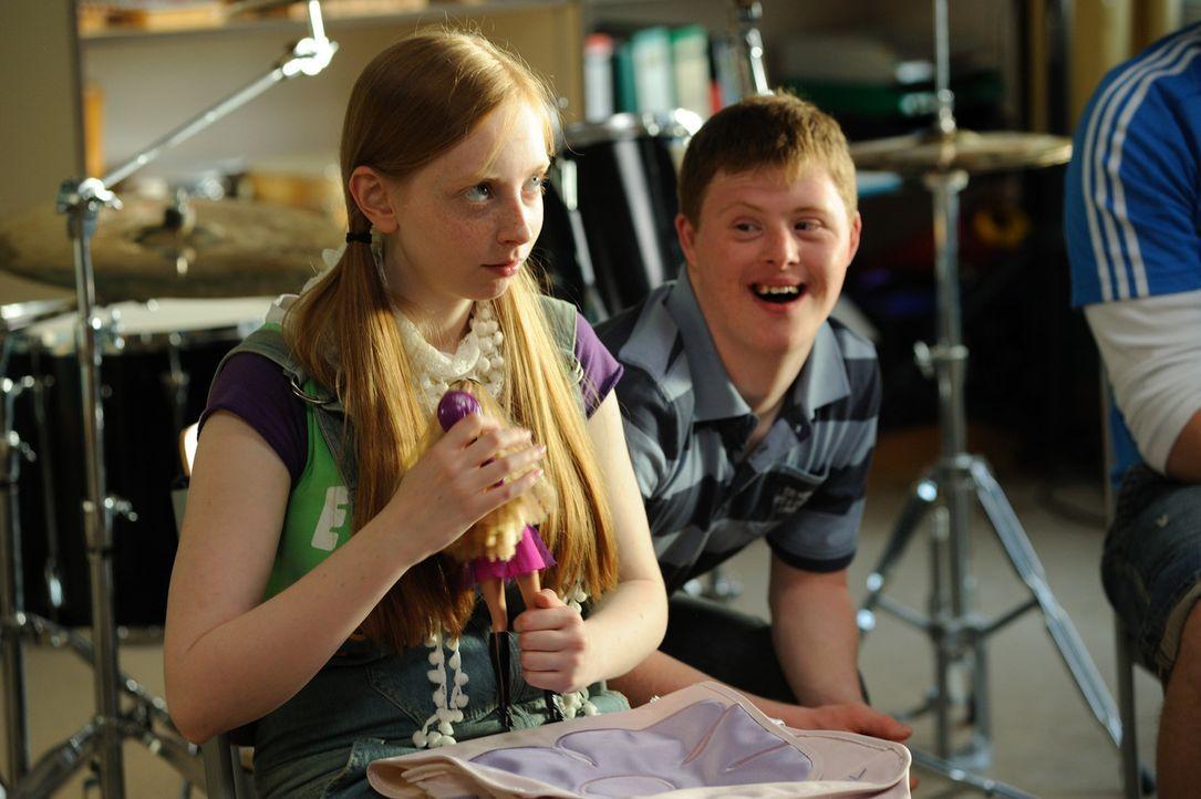 Für Luna (Natascha Lawiszus, l.) und Felix (Felix Brüning, l.) wird ein Traum wahr: Der neue Musiklehrer ist ein großer Fan von Rockmusik und set... - Bildquelle: Hardy Spitz SAT.1