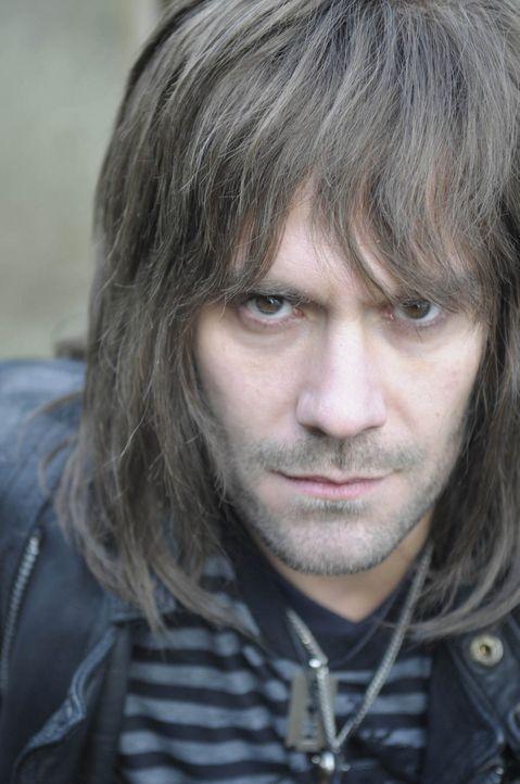So gar nicht zum Anbeißen: Rocker Mark O.  (Daniel Wiemer) ist anfangs ein richtig hässlicher Rüpel ... - Bildquelle: Christine Schröder SAT. 1