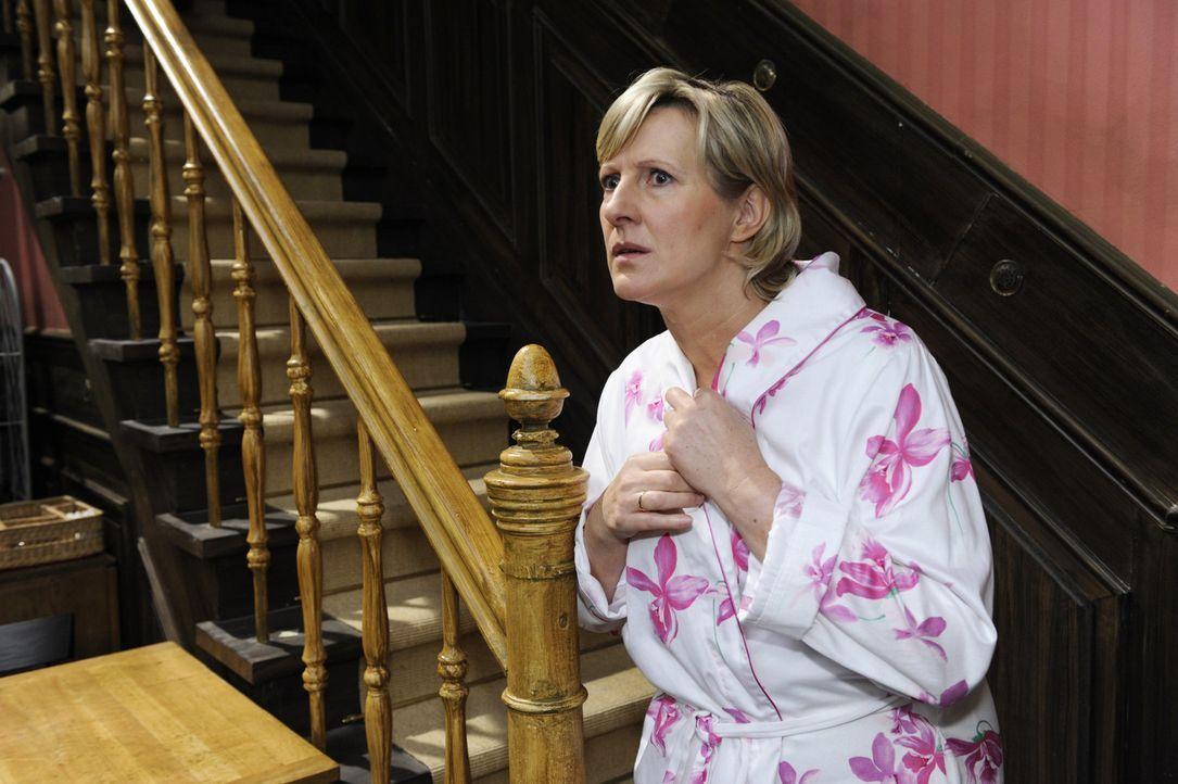 Susanne (Heike Jonca) sucht mitten in der Nacht im Restaurant nach Ingo ... - Bildquelle: SAT.1