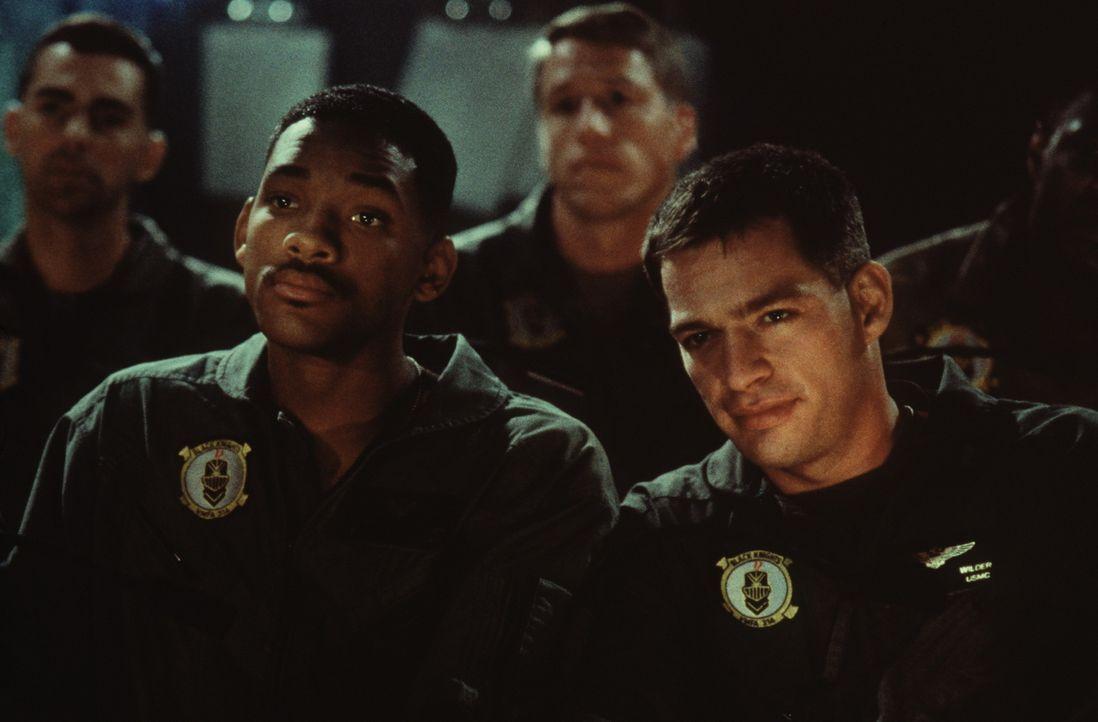 Als die Außerirdischen anfangen, die wichtigsten Zentren der Menschheit zu vernichten, wollen der USAF-Captain Steven Hiller (Will Smith, l.) und s... - Bildquelle: 20th Century Fox Film Corporation