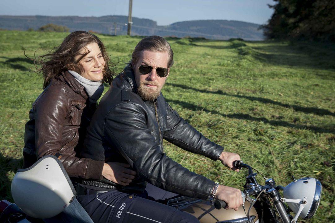 Die schöne Motorradfahrerin Astrid (Christina Hecke, l.) liefert Mick (Henning Baum, r.) den letzten Grund, das Handtuch bei der Streifenpolizei zu... - Bildquelle: Martin Rottenkolber SAT.1