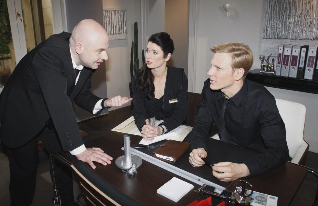 Gina Pollodoro (Elisabeth Sutterlüty, M.) und Philip Sachs (Philipp Romann, r.)  sind überrascht, als Oliver (Prodromos Antoniadis, l.) seinen Job... - Bildquelle: SAT.1