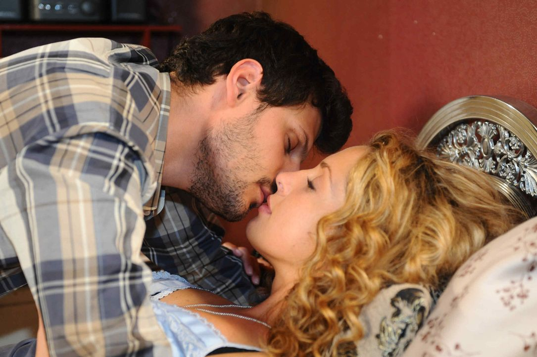 Nina (Maria Wedig, r.) schafft es, Luca (Manuel Cortez, l.) zu verführen, doch dann wartet eine böse Überraschung auf sie ... - Bildquelle: SAT.1