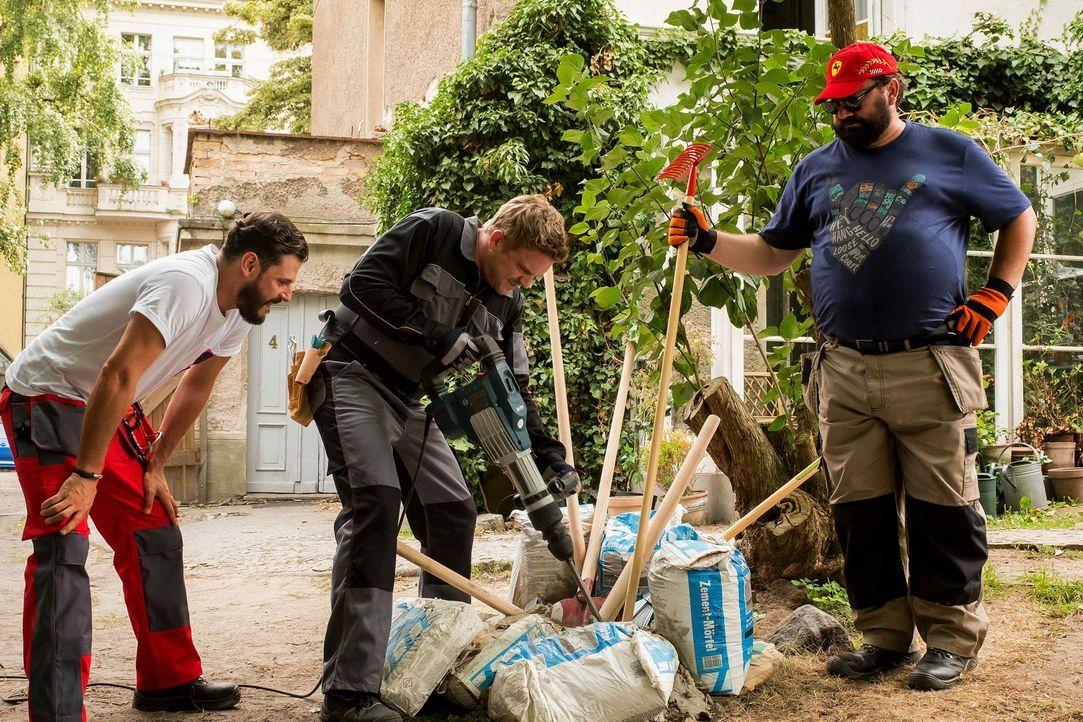 """Man kann Zementsäcke auch mit einem Meißel öffnen: die """"Heimwerkerkönige"""" Kai (Sebastian Bezzel, M.), Pedro (Manuel Cortez, l.) und Ulf (Heiko Pinko... - Bildquelle: Gordon Mühle SAT.1"""