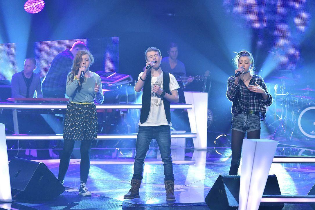 The-Voice-Kids-Stf03-Epi05-Auftritte-02-Amber-Tamino-Julie-SAT1-Andre-Kowalski - Bildquelle: SAT.1/ Andre Kowalski