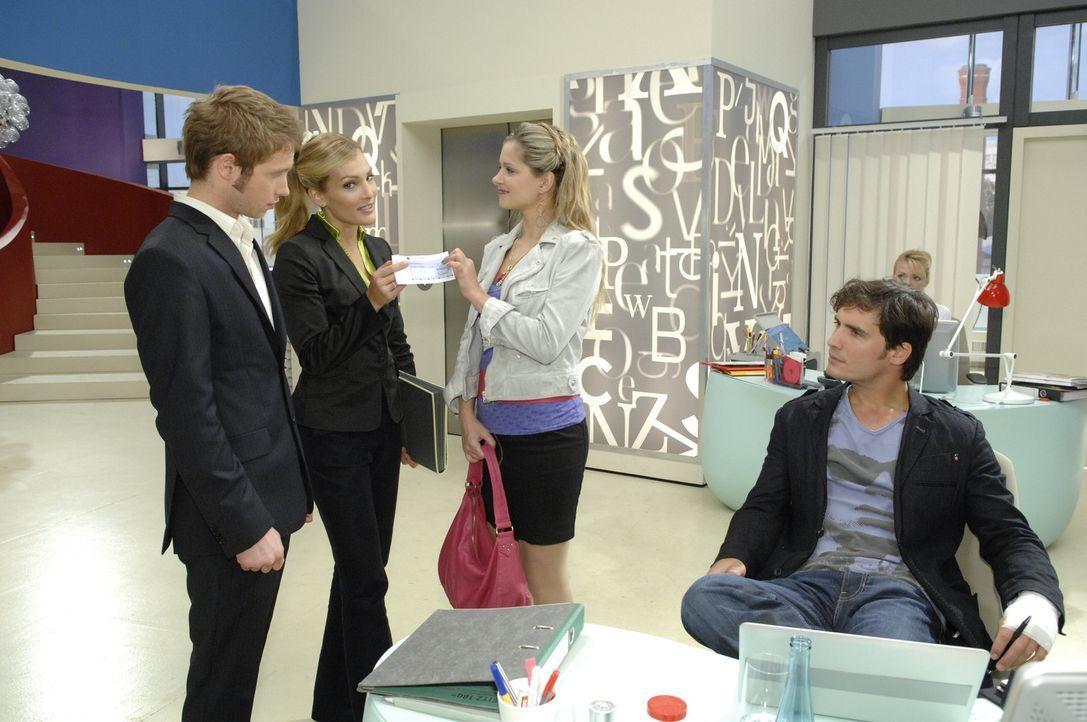 Mia (Josephine Schmidt, 2.v.r.) erfährt, dass sie Jojos (Bernhard Bozian, l.) Freilassung Annett (Tanja Wenzel, 2.v.l.) zu verdanken hat und ist ga... - Bildquelle: Sat.1