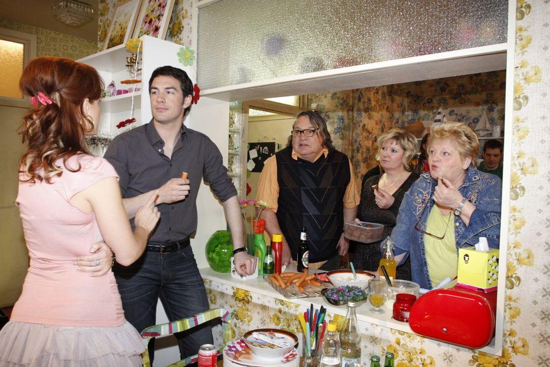 Party-Time: (v.l.n.r.) Manu (Marie Zielcke), Mark (Arne Stephan), Hotte Baumann (Volker Herold), Nachbarin (Kerstin Schröder) und Gisela Kalubke (C... - Bildquelle: SAT.1