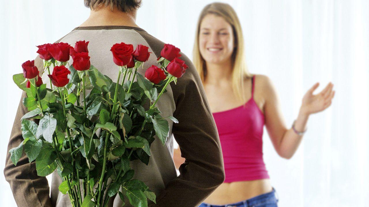 valentinstag-rosen-schenken-Diagentur-dpa-gms - Bildquelle: dpa-gms