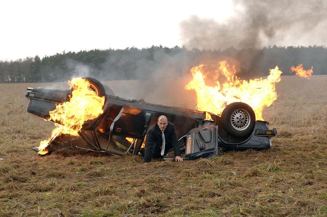 Kann sich aus dem brennenden Wrack retten: Gerrit Broda (Lars Löllmann) - Bildquelle: SAT.1