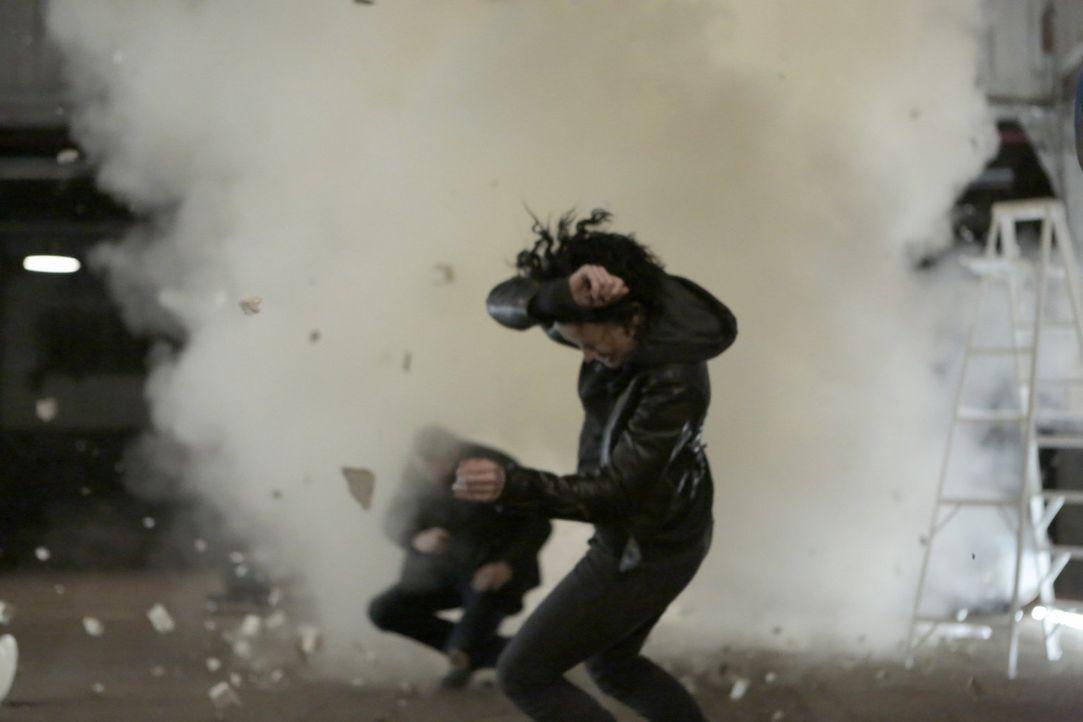 Während Jane (Jaimie Alexander, r.), Weller (Sullivan Stapleton, l.) und das Team in einer Kunstgalerie ermitteln, geht eine Bombe hoch. Wollte der... - Bildquelle: Warner Brothers