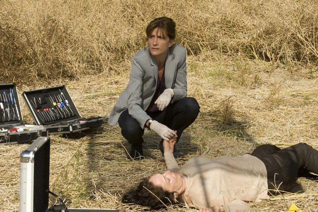 Veronique Cartier (Darsteller unbekannt) wird ermordet in einem Feld aufgefunden. Die Nachforschungen von Doc (Valérie Dashwood, l.) und ihren Kolle... - Bildquelle: 2015 BEAUBOURG AUDIOVISUEL