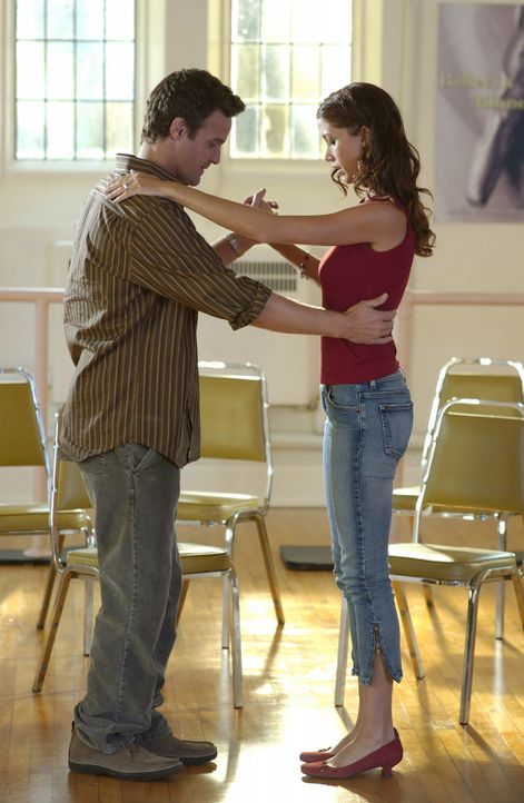 Um den Hochzeitswalzer ohne Komplikationen zu bewältigen, müssen Ben (Eddie McClintock, l.) und Samantha (Shannon Elizabeth, r.) noch fleißig üb... - Bildquelle: 2004 Alexander/Enright and Associates. All Rights Reserved.