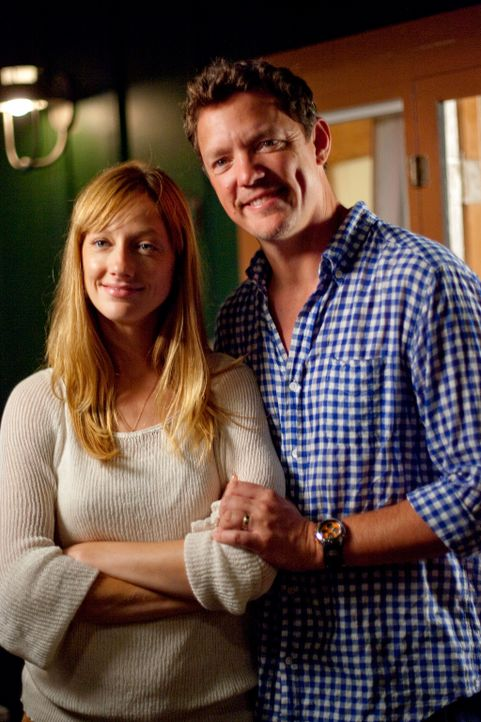 Julie (Judy Greer, l.) ahnt nicht, dass ihr Göttergatte Brian (Matthew Lillard, r.) sie jahrelang betrogen hat ... - Bildquelle: 2011 Twentieth Century Fox Film Corporation. All rights reserved.