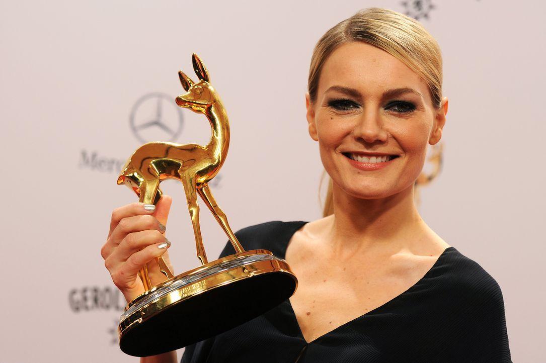 """Die deutsche Komikerin Martina Hill posiert mit ihrem """"Comedy-Bambi"""" - Bildquelle: Henning Kaiser/dpa +++(c) dpa - Bildfunk+++ Verwendung weltweit"""