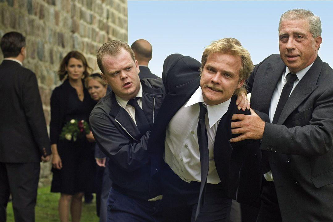 Bei der Beerdigung seines erschossenen Bruders Matthis platzt Micha (Matthias Koeberlin, M.) der Kragen ... - Bildquelle: Dirk Plamböck Sat.1