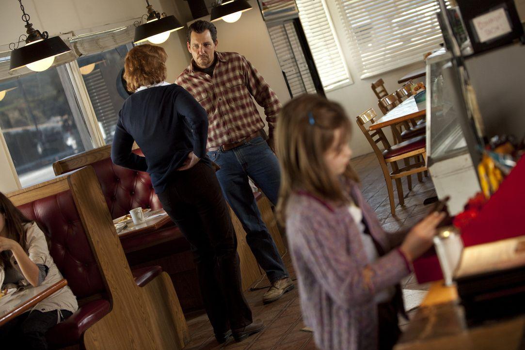 Wade (Bradford Tatum, M.) macht seiner Tochter Jody (Morgan Lily, r.) Hoffnung, dass sie eines Tages wieder eine richtige Familie sind, und entführ... - Bildquelle: Touchstone Television