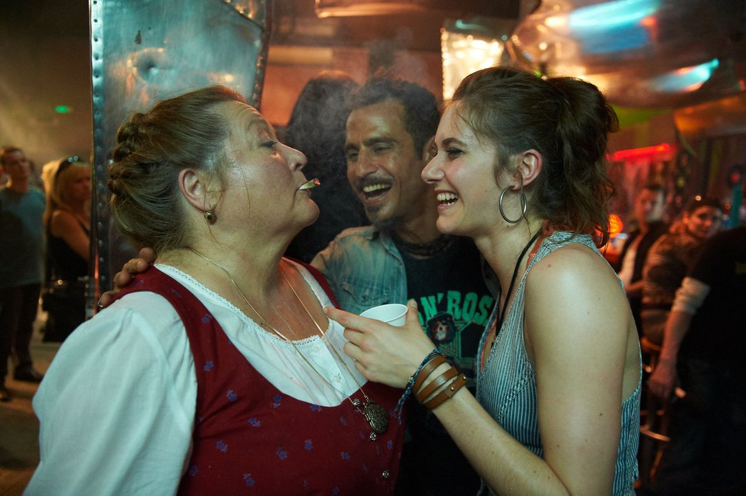 Gemeinsam erleben sie eine ganz spezielle Zeit: Marguerita (Marianne Sägebrecht, l.), Martina (Miriam Stein, r.) und Silvio (Raz Degan, M.) ... - Bildquelle: Walter Wehner Sperl Productions