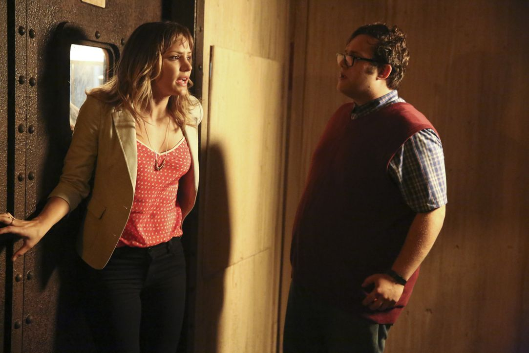 Können Paige (Katharine McPhee, l.) und Sylvester (Ari Stidham, r.) helfen eine Katastrophe verhindern? - Bildquelle: Adam Taylor 2014 CBS Broadcasting, Inc. All Rights Reserved