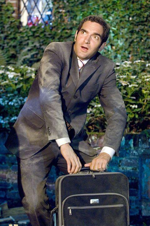 Hemden, Krawatten, Hosen und ein paar Akten, alles rein in den Koffer und ab auf die Geschäftsreise. Dass dieser Trolley damit aber nun einen so ex... - Bildquelle: Sat.1