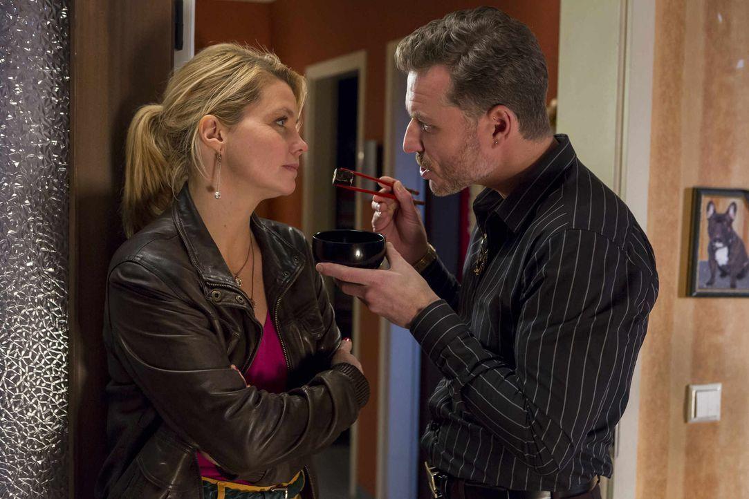 Pit (Dirk Borchardt, r.) verfolgt eine neue Strategie um Danni (Annette Frier, l.) zu beindrucken. Doch wird er damit bei ihr punkten können? - Bildquelle: Frank Dicks SAT.1