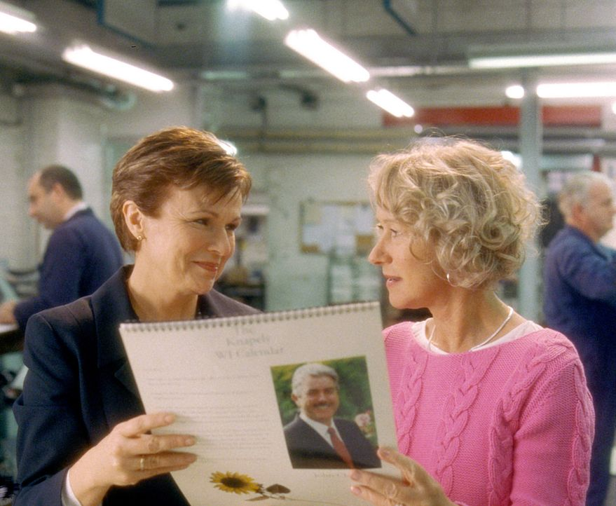 Chris (Helen Mirren, r.) und Annie (Julie Walters, l.) können es kaum glauben - sie halten das erste Exemplar ihres Kalenders in den Händen! - Bildquelle: Buena Vista Pictures Distribution /   Touchstone Pictures. All Rights Reserved.