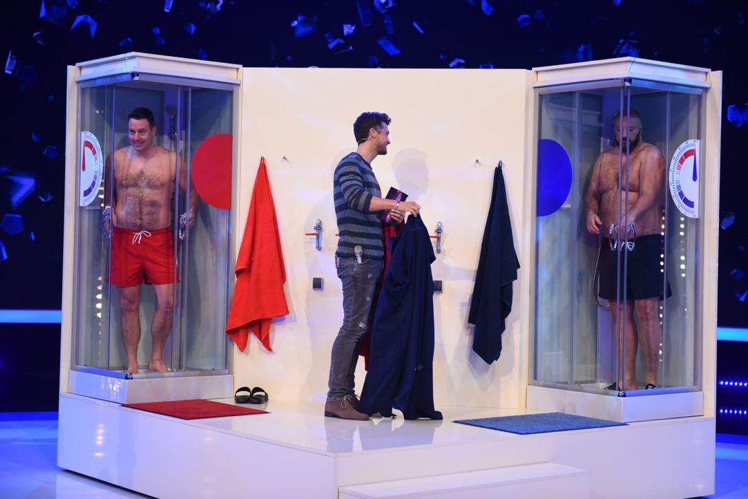 Wayne Carpendale (M.) hat eine ganz besondere Aufgabe für Christian (l.) und Marc (r.). Doch wer wird die Dusche als Sieger verlassen? - Bildquelle: Willi Weber SAT.1