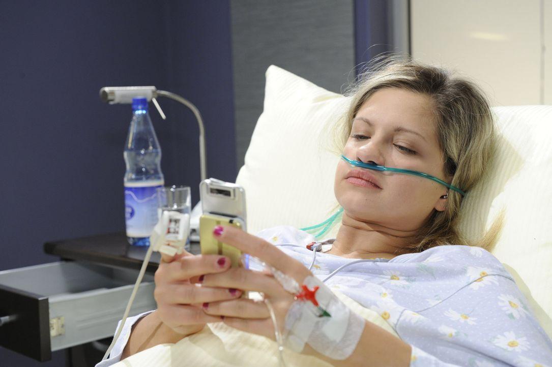Mia (Josephine Schmidt), die sofort nach dem Unfall ins Krankenhaus gebracht wird, ist weniger schwer verletzt als zunächst angenommen ... - Bildquelle: SAT.1