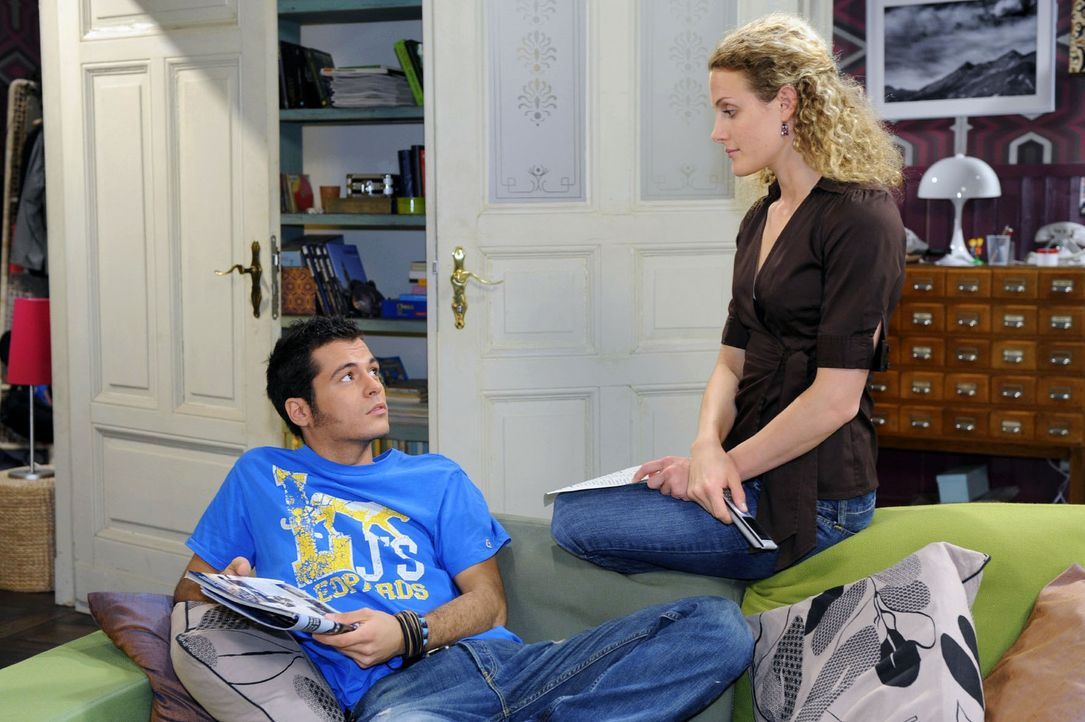 Maja (Barbara Lanz, r.) möchte wieder arbeiten und erzählt Maik (Sebastian König, l.) von ihrer Suche nach einem Betreuungsplatz für Pia. - Bildquelle: Sat.1
