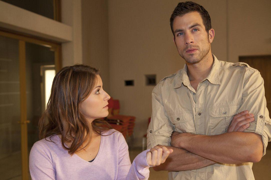 Als Julian einen TV-Beitrag über die Schule ans Land zieht, will Gabriele, dass Beas (Vanessa Jung, l.) Musik-AG darin performt und wählt Michael... - Bildquelle: SAT.1