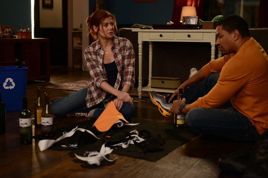 Während Billy (Laz Alonso, r.) in einem neuen Mordfall ermittelt, trifft Laura (Debra Messing, l.) Vorbereitungen für eine Schulveranstaltung ... - Bildquelle: Warner Bros. Entertainment, Inc.