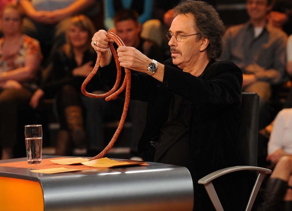 """Alles hat ein Ende, nur die Wurst hat zwei: Hugo Egon Balder in """"Genial daneben - Die Comedy Arena"""" - Bildquelle: Sat.1"""