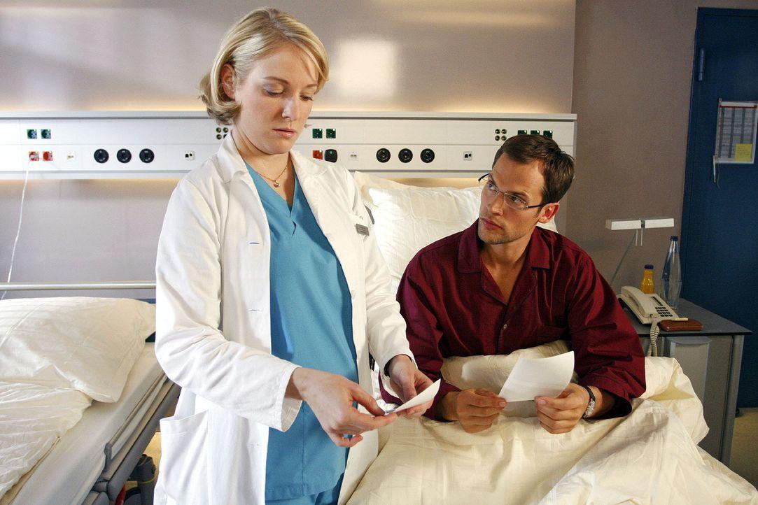 Doris (Sarah Becker, l.) versichert Gernot (Thorsten Feller, r.), dass er laut Ultraschalluntersuchung gesund ist - doch er glaubt ihr kein Wort. - Bildquelle: Noreen Flynn Sat.1