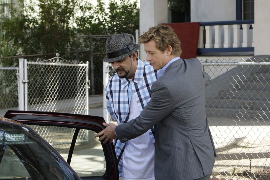 Bei den Ermittlungen stoßen Patrick (Simon Baker, r.) und Bosco auf Raoul (Rey Gallegos, l.). Doch ist er der gesuchte Mörder? - Bildquelle: Warner Bros. Television