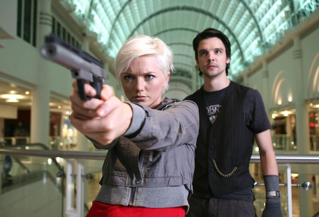 Machen sich auf die Jagd nach den spektakulären Tieren im Einkaufszentrum: Connor (Andrew Lee Potts, r.) und Abby (Hannah Spearritt, l.) ... - Bildquelle: ITV Plc