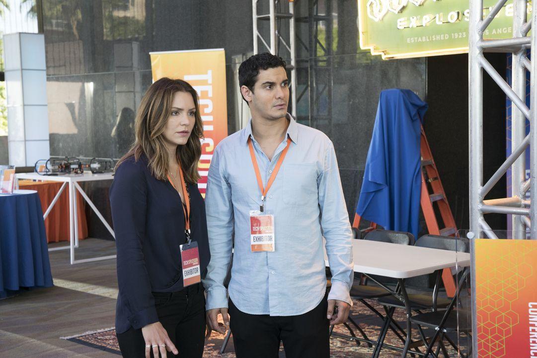 """Auf der """"Techsplosion Konvention"""" wollen Paige (Katharine McPhee, l.) und Walter (Elyes Gabel, r.) eigentlich das Team Scorpion präsentieren, doch d... - Bildquelle: Bill Inoshita 2017 CBS Broadcasting, Inc. All Rights Reserved."""