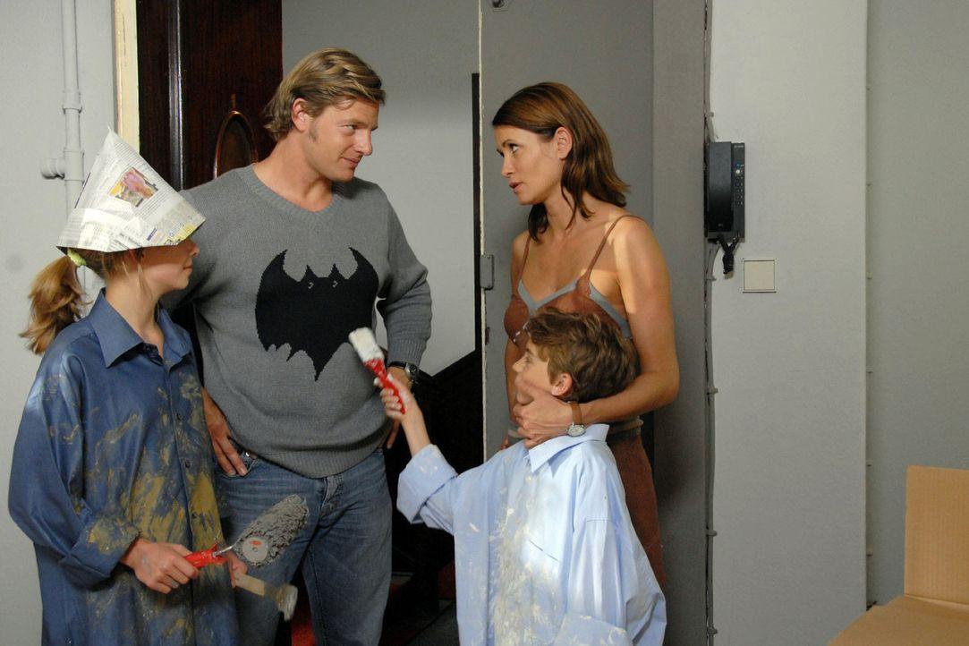 Eva (Anja Kling, r.) ist so in ihre neue Arbeit verstrickt, dass sie kaum noch Zeit für Ben (Joel Eisenblätter, 2.v.r.) und Anna (Valerie Kahl, l.... - Bildquelle: Sat.1
