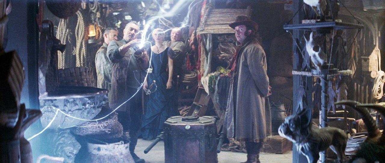 Captain Shakespeare (Robert De Niro, l.) und seine Mannschaft schweben mit ihrem Piratenschiff zwischen Himmel und Erde. Eines Tages bekommen sie ü... - Bildquelle: 2006 Paramount Pictures. All Rights Reserved.