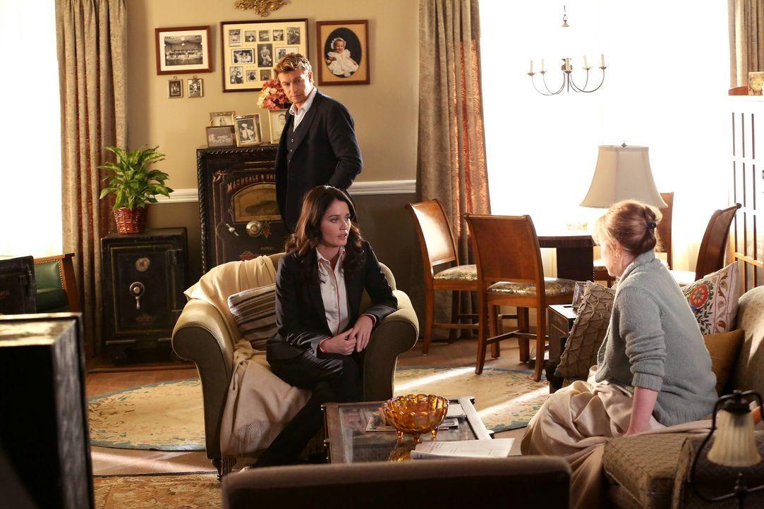 Bei den Ermittlungen: Patrick (Simon Baker, hinten), Teresa (Robin Tunney, l.) und Joanne Parsons (Meagen Fay, r.) ... - Bildquelle: Warner Bros. Television