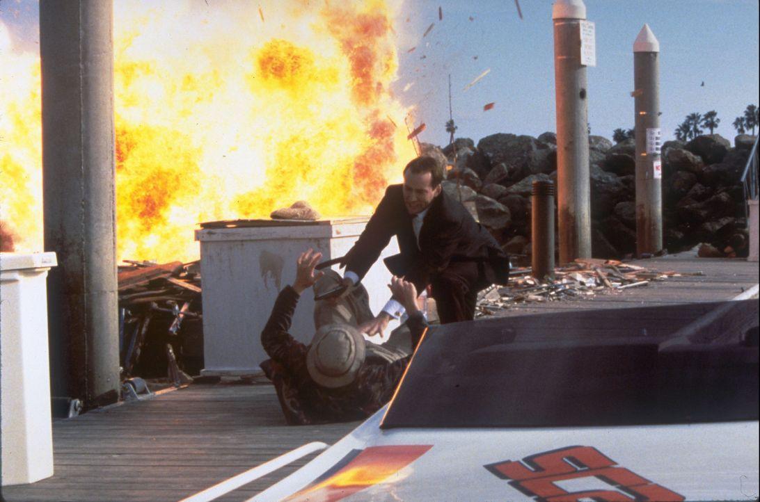 Um an eine lebenswichtige Information zu kommen, lässt sich FBI-Agent Sean Archer (Nicolas Cage, hinten) auf eine spektakuläre Operation ein, in d... - Bildquelle: Touchstone Pictures