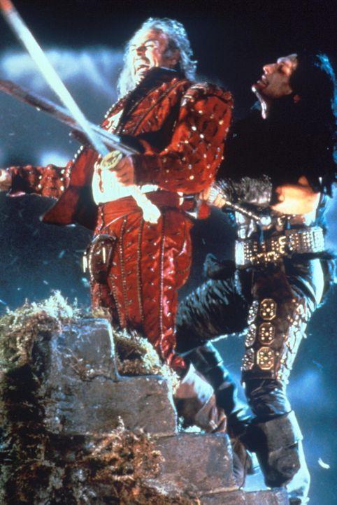Ramirez (Sean Connery, l.) ist dem hinterlistigen Kurgan (Clancy Brown, r.) unterlegen ... - Bildquelle: 20th Century Fox Film Corporation