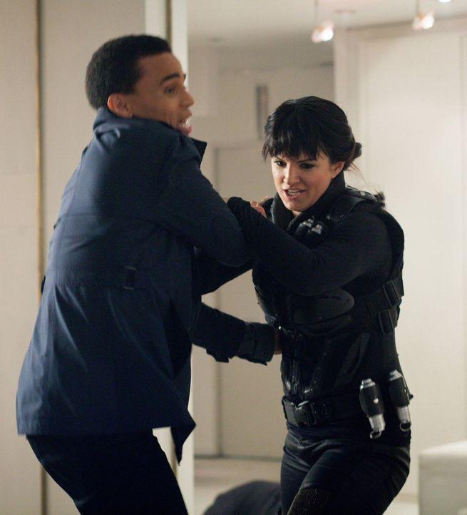 DRN gegen DRN: Während Dorian (Michael Ealy, l.) für das Gute kämpft, verfolgt Danica (Gina Carano, r.) ganz andere Pläne ... - Bildquelle: Warner Bros. Television