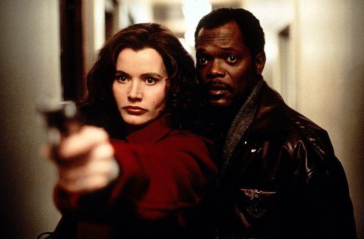 Die schöne Charly (Geena Davis, l.) und der Schnüffler Mitch (Samuel L. Jackson, r.) entdecken, dass der Vergangenheit der jungen Frau ein Geheimnis... - Bildquelle: Warner Bros. Entertainment, Inc.