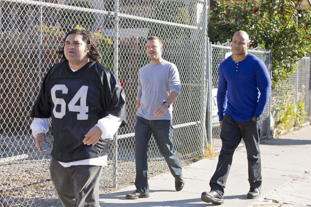 Callen (Chris O'Donnell, M.) und Sam (LL Cool J, r.) ermitteln in einem neuen Fall und stoßen dabei auf Jaime (Joe Nunez, l.). Doch was hat er dami... - Bildquelle: CBS Studios Inc. All Rights Reserved.
