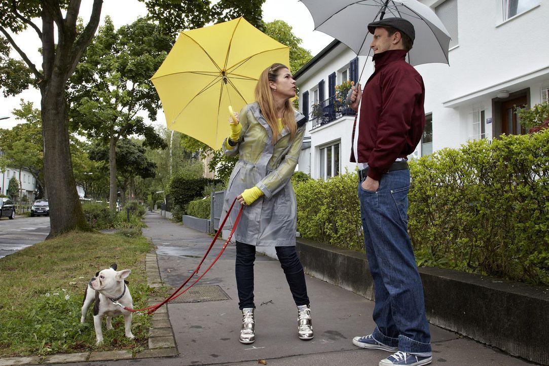 Gaby (Anke Engelke, l.) geht mir ihrem kleinen Hund spazieren, der mitten auf der Straße sein Geschäft erledigt. Danach geht sie einfach weiter, ohn... - Bildquelle: Guido Engels SAT.1