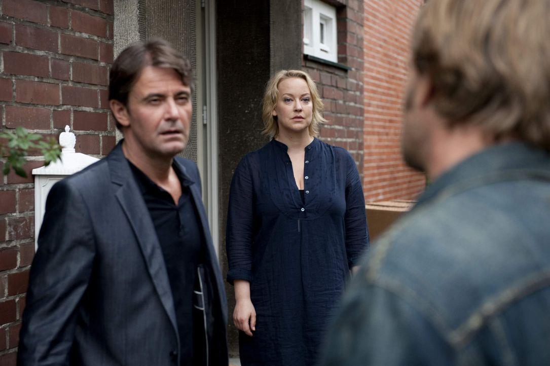 Weil Lisa (Floriane Daniel, M.) die Hochzeit mit Meisner (Robert Lohr, l.) hat platzen lassen, geht Mick (Henning Baum, r.) davon aus, dass seiner F... - Bildquelle: SAT.1