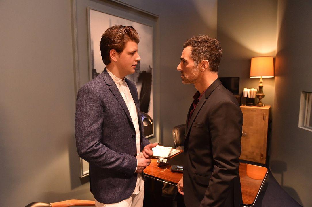 Jascha (Anno Kaspar Friedrich von Heimburg) bekommt von Clubbesitzer Boris (Gabriel Merz, r.) eine Lektion erteilt ... - Bildquelle: Andre Kowalski SAT.1/André Kowalski