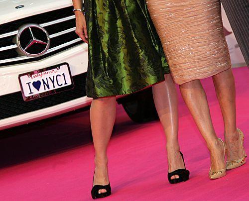 Die Beine von Kirstin Davis und Sarah Jessica Parker in Berlin. - Bildquelle: Jens Kalaene - dpa