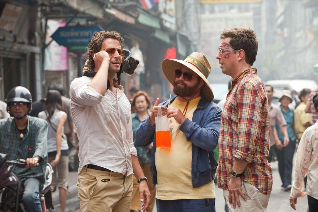 Nachdem sie in einem schäbigen Hotelzimmer in einer fremden Stadt aufgewacht sind, merken Phil (Bradley Cooper, l.), Alan (Zach Galifianakis, M.) un... - Bildquelle: Warner Brothers