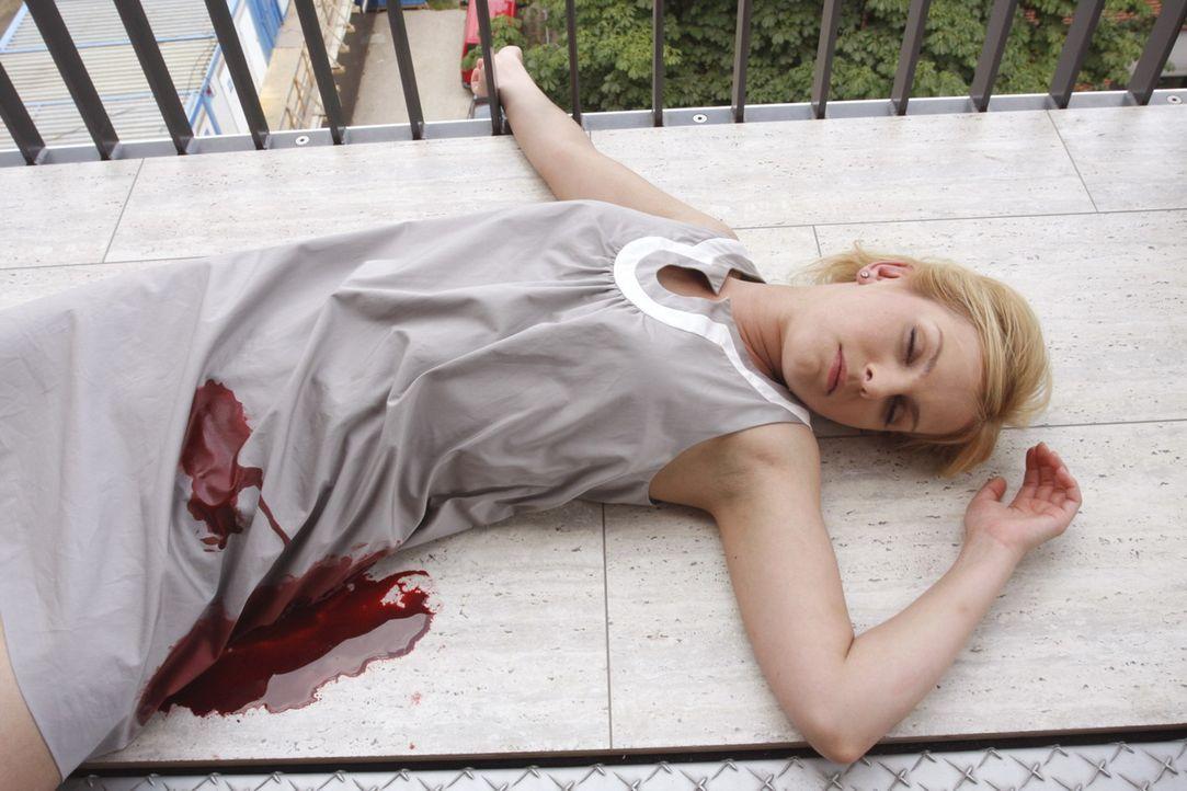 Droht zu sterben: Alexandra Aden (Ivonne Schönherr) ... - Bildquelle: SAT.1