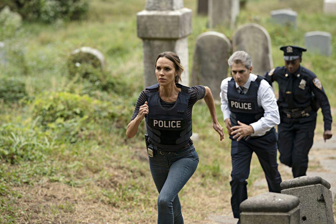 Amelia Sachs (Arielle Kebbel, l.); Detective Michael Sellitto (Michael Imperioli, r.) - Bildquelle: Peter Kramer 2020 NBCUniversal Media, LLC / Peter Kramer